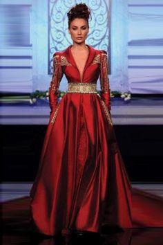 Voici un caftan Haute Couture des plus magnifiques. La ceinture nœud taille haute, et le mouvement fluide du caftan , vous procurent une démarche assurée...