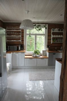 Keittiö Modern Cabin Interior, Interior Design Living Room, Interior Decorating, Cabin Homes, Log Homes, Home Decor Kitchen, Rustic Kitchen, Interior Design Magazine, Cottage Interiors