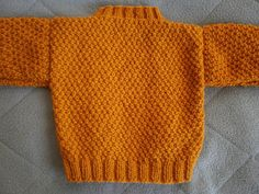 Petits doigts: Pull à torsades en 6/9 mois Mini Bebidas, Crochet Baby, Knit Crochet, Pull Torsadé, Cardigan Bebe, Drop Cap, Circular Needles, Baby Knitting Patterns, Cable Knit Sweaters