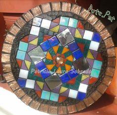 MANDALA. Mosaiquismo. 25 cm sobre MDF realizado con venecitas, espejo y vidrio templado. Realización Arte.Pat Patricia Laura Sobrado.