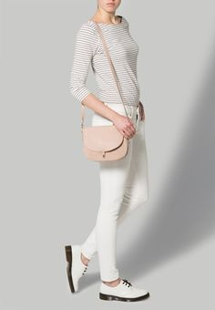 Die modische Tasche in zartem Rosa lässt sich super zu schlichten Looks mit einem stylischen Touch stylen. Must Have! ♥ ab 114,95€ Super, White Jeans, Pants, Fashion, Pink, Handbags, Trouser Pants, Moda, La Mode