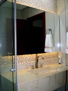 Quero esse espelho em alto relevo e com luzes indiretas no meu banheiro!!! Com essa cuba linda de porcelanato e pia embutida!