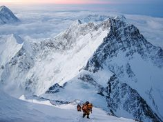 Picture of people climbing Mount Everest
