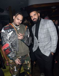 """Drake defends working with Rihanna's ex Chris Brown: 'I didn't want her to ever feel disrespected' The rapper, who also dated Rihanna, told """"Rap Radar"""" that his feud with Brown was """"silly"""" because it was """"over a girl. Chris Brown Outfits, Chris Brown Fashion, Chris Brown Style, Chris Brown Wallpaper, Hiphop, Drake Clothing, Chirs Brown, Drake Drizzy, Breezy Chris Brown"""