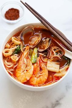 Jjamppong is a spicy Korean seafood noodle soup. This Korean-Chinese recipe is delicious and so easy to make at home. Try this Jjamppong recipe, it's authentic and tastes better than most Korean restaurants we've tried. Jjamppong (Korean Seafood No Korean Dishes, Korean Food, Chinese Food, Healthy Chinese, Chinese Desserts, Healthy Korean Recipes, Asian Recipes, Ethnic Recipes, Korean Soup Recipes