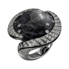 CARTIER Sortija Alta Joyería Sortija Mamba Snake - oro blanco, un zafiro de Kenia talla cabujón de 59,13 quilates, laca negra, diamantes talla brillante.