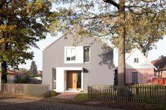 dunkle Putzfassade mit weißen Rahmen - Haus L