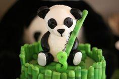 Gumpaste Panda !  http://roseandcook.canalblog.com/archives/2012/10/22/25390595.html