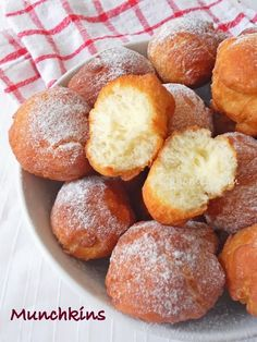 Cooking Is Easy: Homemade Munchkins / Dunkin Donuts / Doughnuts Recipe gotta try Just Desserts, Delicious Desserts, Yummy Food, Beignets, Donut Recipes, Cooking Recipes, Dunkin Donuts Recipe, Donut Ball Recipe, Gourmet