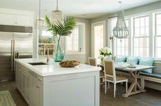 Деревянный пол в интерьере кухни в морском стиле