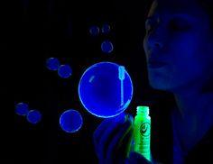 Faça bolhas de sabão que brilham no escuro!