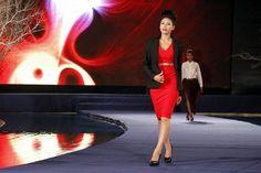 Modelo com criação da coleção outono-inverno de Ngoc Han, durante a semana de moda em Hanoi, Vietnã - http://revistaepoca.globo.com//Sociedade/fotos/2013/04/fotos-do-dia-18-de-abril-de-2013.html (Foto: EFE/Luong Thai Linh)