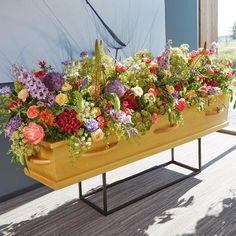 Een groot rouwarrangement voor op de kist    Vind meer inspiratie over het afscheid, de uitvaart en het rouwen op http://www.rememberme.nl