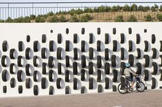 cumul collective reuses more tires to create 'ONA', a street art installation. presented during the 2015 cultura de la calle festival in rivas-vaciamadrid, spain, the artwork aims to provide awareness and to create new urban aesthetic experiences.