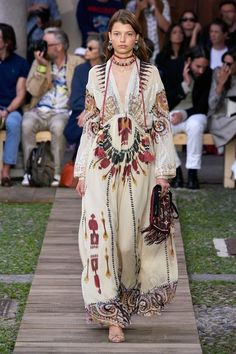 Etro Spring 2020 Ready-to-Wear Fashion Show Collection: See the complete Etro Spring 2020 Ready-to-Wear collection. Look 20 Haute Couture Style, Couture Mode, Couture Fashion, Ropa Shabby Chic, Boho Chic, Bohemian Mode, Fashion 2020, Runway Fashion, High Fashion