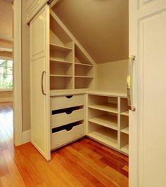 placard-sous-pente-dressing-avec-des-portes-couillsantes-éclairage-intérieur-meuble-sous-pente