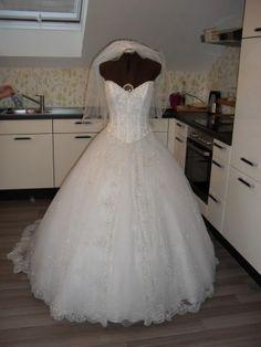 Brautkleid von Demetrios mit viel Tüll und Glitzer Gr. 36 für nur ...
