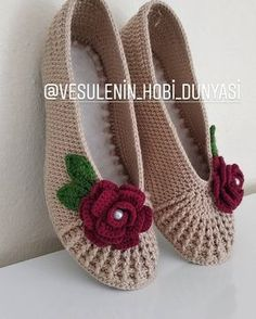 Can somebody please come up with the pattern – SkillOfKing. Crochet Slipper Pattern, Knitted Slippers, Crochet Slippers, Knit Crochet, Crochet Baby Shoes, Crochet Clothes, Knitting Socks, Baby Knitting, Crochet Designs