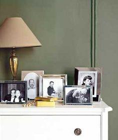 Tips para decorar tu hogar  Organiza pequeños portarretratos en un mueble