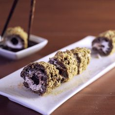 S'mores Dessert is s'more fun with chopsticks! Here's a new twist on your fave camping treat - Sushi Smores!Dessert is s'more fun with chopsticks! Here's a new twist on your fave camping treat - Sushi Smores! Just Desserts, Delicious Desserts, Dessert Recipes, Yummy Food, Gourmet Desserts, Party Desserts, Plated Desserts, Recipes Dinner, Dessert Oreo