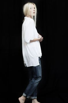 Casual Chic - long white shirt & turn up jeans