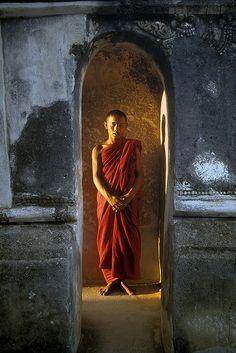 Moine dans la lumière, Bagan, Birmanie