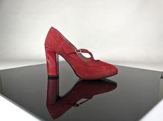 Zapatos plataforma oculta en ante rojo y tacones anchos en charol rojo.