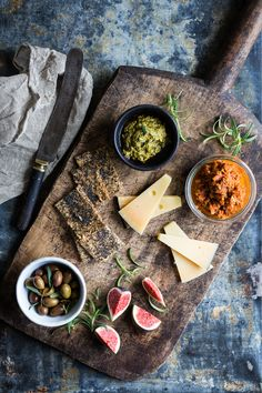 Recipe for cheese board with pesto and tapenade Tapenade, Tapas Recipes, Whole Food Recipes, Tapas Food, Antipasto, Pesto, Food Design, Chutney, Cheese Appetizers