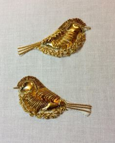 E ン textile couture embroidery broderie handmade gold bird vogel oiseau or doré Bullion Embroidery, Zardosi Embroidery, Tambour Embroidery, Hand Work Embroidery, Bird Embroidery, Couture Embroidery, Embroidery Fashion, Hand Embroidery Designs, Beaded Brooch