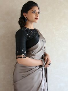 Shop Ultra Stylish Designer Sarees Here - Blouse designs Kerala Saree Blouse Designs, Cotton Saree Blouse Designs, Fancy Blouse Designs, Designs For Dresses, Sari Bluse, Designer Kurtis, Designer Sarees, Sari Design, Stylish Blouse Design
