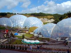 Eden Project, Cornwall, U.: World's largest greenhouse. Biomimicry Examples, Large Greenhouse, Eden Project, Visit Germany, Geodesic Dome, Earthship, Biomes, Urban Farming