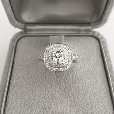 bague de fiançailles diamant coussin, 2 rangs de diamants monture en or gris 18 carats