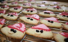 Nissehoveder er en nem småkage, som selv små børn kan være med til. De kan nemlig sagtens sætte øjne og mund på, mens de nok skal have hjælp til glasuren. Snacks, Cookies, Desserts, Christmas, Crack Crackers, Tailgate Desserts, Xmas, Biscuits, Dessert