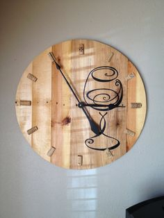 Items similar to Pallet wood wine clock on Etsy Pallet Clock, Pallet Crates, Pallet Wood, Wood Pallets, Clock Ideas, Diy Clock, Wood Canvas, Wood Art, Wire Spool Tables
