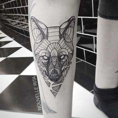 Précédemment, nousavons euàdécouvrir les impressionnants tatouages enformed'animaux et de diagrammes géométriques deDrWooqui est l'un des tatoueurs les plus réputés deLosAngeles.Aujourd'hui, on vous présente l'artiste portugaise Nouvelle Rita qui vit à Lisbonne.Elle réalise aussi des tatouages complexes mêlant nombreuses formes géométriques.Magnifiques !