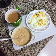 Desayuno saludable.  avena cocida en agua con canela. dos huevos cocidos y café cortado con leche descremada. muy poca leche, menos de media taza. la cantidad de avena: 1/4. suficiente para iniciar el día!!!