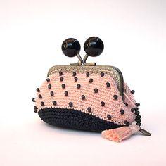 Monedero de ganchillo, monedero de cierre de boquilla, monedero con cuentas, monedero rosa salmón y negro, estilo Chanel, regalo para mujer de Basimaker en Etsy
