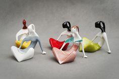 """""""Kobieta Siedząca"""" w pięciu odsłonach (Henryk Jędrasiak, 1958, Chodzież i Ćmielów). Ceramic Figures, Ceramic Art, Art Of Glass, Precious Metal Clay, China Mugs, Art Deco Design, Fine Porcelain, Mid Century Design, Pottery"""