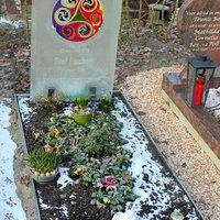 Glazen grafstenen | Vind meer inspiratie over grafmonumenten voor de begrafenis en de crematie op http://www.rememberme.nl/urnen-grafkisten-grafmonumenten/