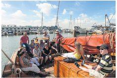 Ruim 100 mensen met een beperking hadden vorige week de dag van hun leven op het Markermeer. Maar liefst 10 historische schepen van de Volendamse bruine vloot en hun bemanning werden ingezet om o.a. cliënten van Prinsenstichting een heerlijke dag varen te bezorgen. Dit jaarlijkse evenement werd mogelijk gemaakt door De Dijk en Lotje aan de haven. De café's zorgden voor een heerlijke lunch en een schippersmaaltijd voor de bemanning.