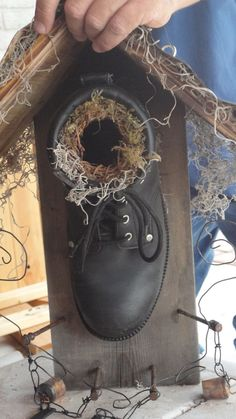 Old boot birdhouse Old boot birdhouse Nichoir ancien Nichoir ancien Homemade Bird Houses, Bird Houses Diy, Garden Projects, Projects To Try, Old Boots, Birdhouse Designs, Bird Boxes, Small Birds, Wild Birds