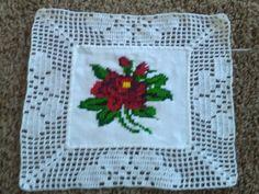 Otro cuadro para mantel Hand Embroidery Patterns, Embroidery Kits, Ribbon Embroidery, Cross Stitch Embroidery, Crochet Doily Rug, Filet Crochet, Diy Crafts Crochet, Crochet Gifts, Cross Stitch Charts