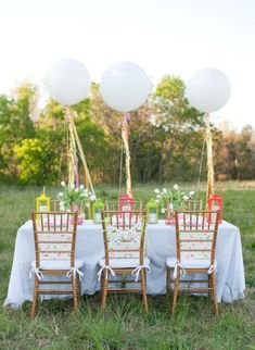 Outdoor fun with some oversized balloons and a white table cloth ... perfect!