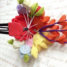 つまみ細工*小花の髪飾り(朱赤パステル) More Cloth Flowers, Fabric Flowers, Japanese Hairstyle, Flower Headpiece, Kanzashi Flowers, Japanese Flowers, Flower Crafts, Flower Designs, Hair Pins
