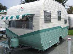 Little Vintage Camper Trailer Makeover - Wohnwagen Small Camper Trailers, Old Campers, Small Campers, Vintage Campers Trailers, Retro Campers, Happy Campers, Vintage Motorhome, Classic Trailers, Retro Travel Trailers