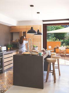 Cocina con muebles de madera y microcemento gris con suelo de baldosas hidráulicas_MG 8948a