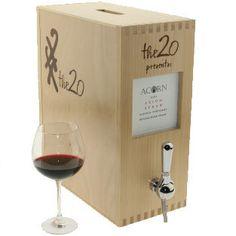 Vino envasado en Bag-In-Box: una vez abierto, dura varios meses. Viene con una válvula para servirse. Generalmente tienen 3 litros (el equivalente a 4 botellas de vino de 750cc) Ideales para beber una copa de vino ocasional, para un asado, para un día de campo. Compralo en Wine Up #WineUp #Bag-In-Box #Vino #Mendoza