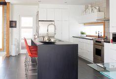 5- cuisine avec îlot et armoires blanches