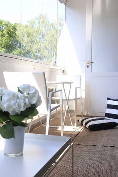Homevialaura | balcony interior | terrace | outdoors | Hay Tray Table | striped cushions | Pappelina Svea rug
