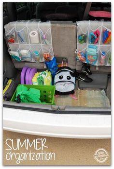 Nutze einen Schuh-Sortierer, um Deinen Kofferraum im Auto zu organisieren.
